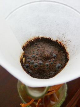 ราดน้ำร้อนลงไปเล็กน้อยเพื่อให้ผงกาแฟพองขึ้น